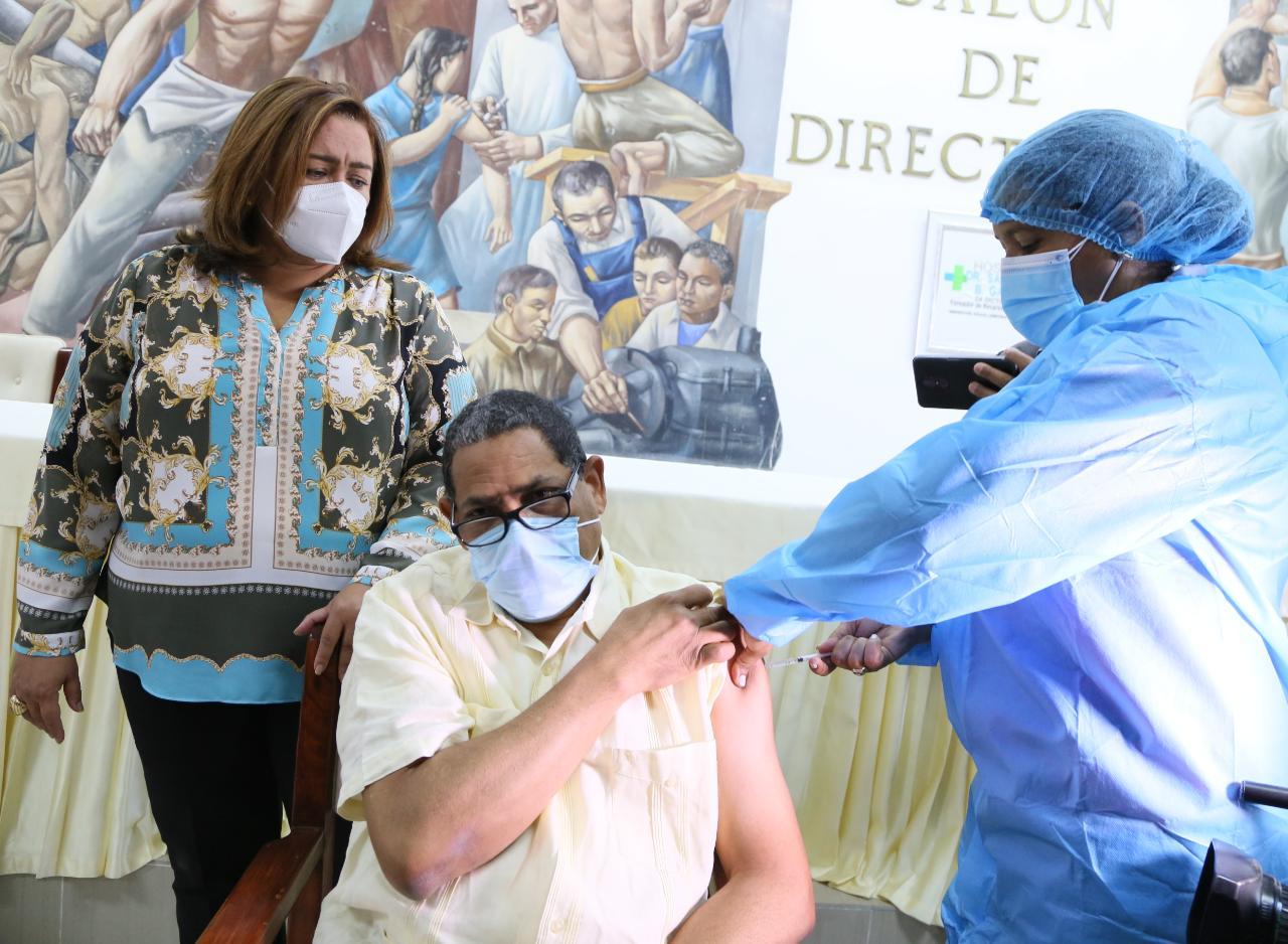 Inician jornada vacunación contra el Covid-19 a personal del Hospital Gautier